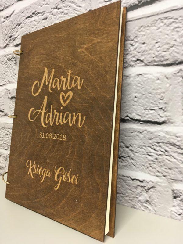 Księga gości z drewna z indywidualnym grawerem